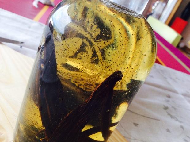 vanilla macerated in macadamia oil for comsetics